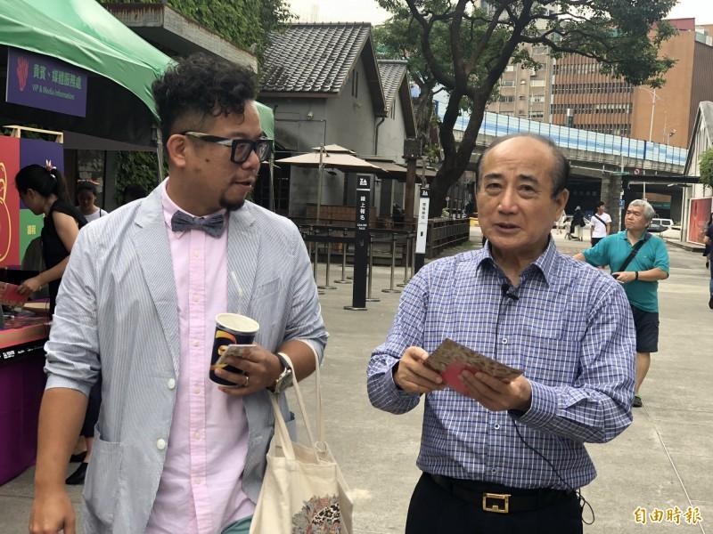 王金平到華山文創園區參觀展覽。(記者陳昀攝)