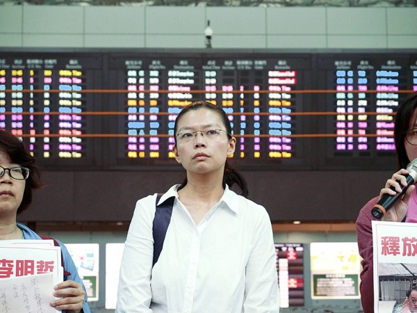 Lee Ching-yu, wife of detained human rights advocate Lee Ming-che, yesterday tries to board her flight to China at Taiwan Taoyuan International Airport. Photo: EPA