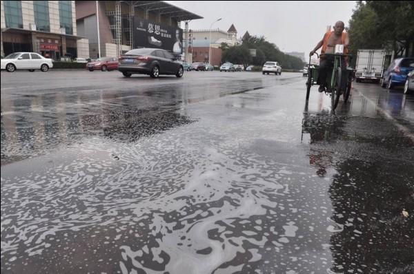 天津市民擔憂降雨是否導致汙染逸散。(圖擷自《鳳凰網》)