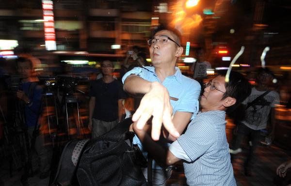 國民黨中央黨部遭抗議民眾蛋洗。(記者劉信德攝)
