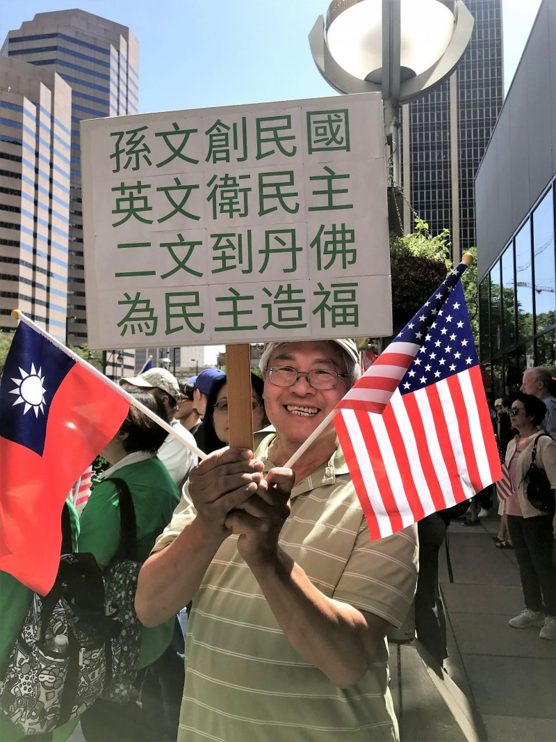 蔡總統抵達丹佛下榻飯店,僑胞手持台美國旗及創意標語迎接。(中央社)