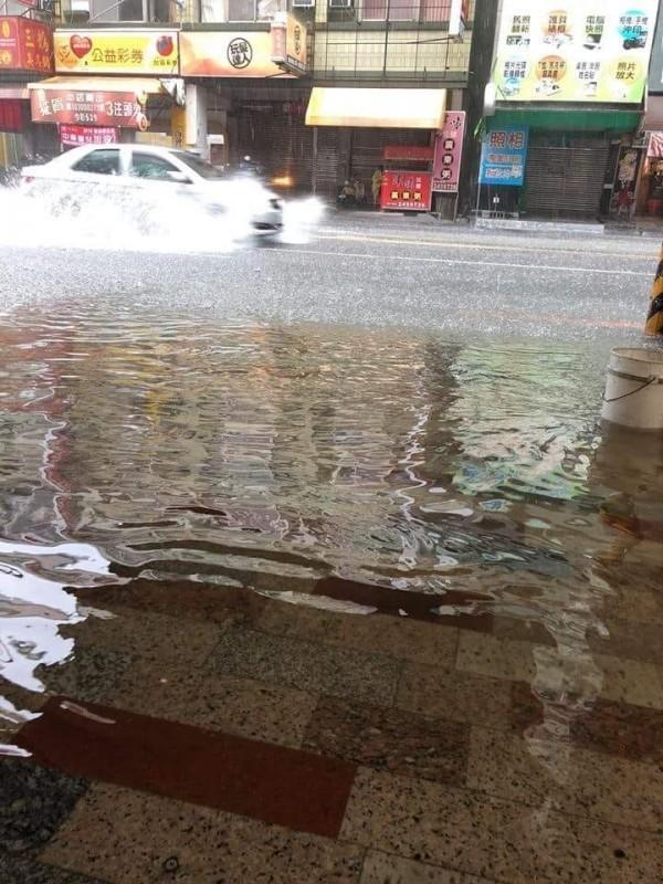 台南市安南區的安中路成為「安中河」,居民抱怨新建排水工程破功。(翻攝自我住台南安南區討論交流版)