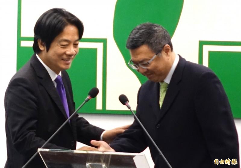 副總統當選人賴清德到民進黨中常會向黨部同仁致謝,向黨主席卓榮泰握手致意。(記者王藝菘攝)