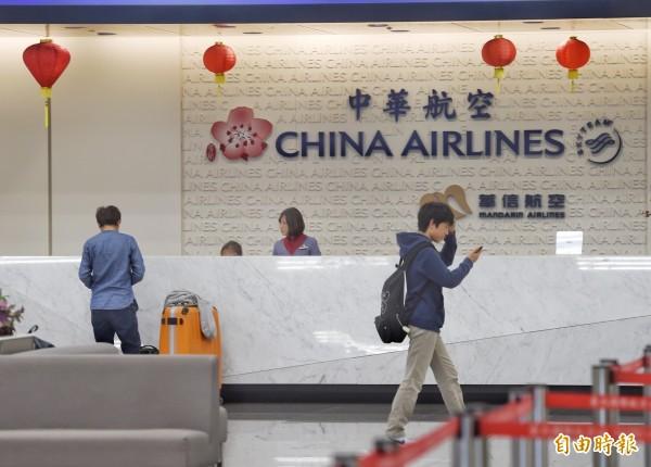 華航勞資協商破裂,部份機師持續罷工,圖為10日台北松山機場櫃台情形。(資料照)