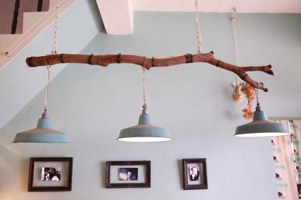 每個東西在大錦眼中都有其價值,即使是一根漂流木,都能變成吊燈的素材。(記者潘自強攝)