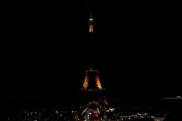 斯里蘭卡於昨(21)日上午發生大規模恐怖攻擊,當天共發生8次爆炸,目前已造成至少207人的死亡,400逾人受傷。巴黎的艾菲爾鐵塔今(22)凌晨12點熄燈對罹難者致意。(法新社)