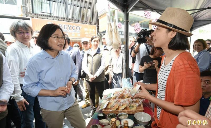 蔡總統今天近中午臨時增加一項行程,前往懷寧街參訪「一日台灣:島嶼物產市集」,結束後於重慶南路、寶慶路口受訪。(記者劉信德攝)