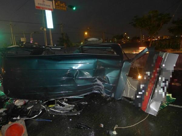 廂型車與自小客車衝撞後翻車。(記者廖淑玲翻攝)