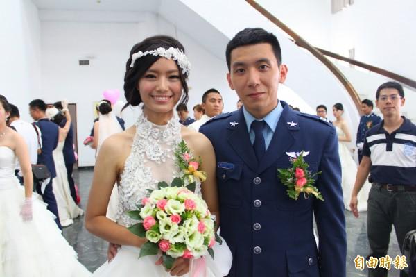 林芳瑩(左)也任職空軍,與吳彥霆(右)因出差相識,2014年參加空軍集團婚禮共結連理;目前林芳瑩在花蓮基地擔任作戰室的行政上士。(資料照)