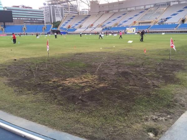許淑華今指出,北市府花費7千多萬整修的台北田徑場,竟出現選手因因爛草皮滑破褲子而受傷的事情。(圖由台北市議員許淑華提供)