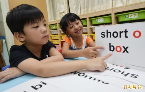 行政院長賴清德指示教育部研議,鬆綁幼兒園不得教英語的規定。圖為幼兒園學童體驗英文字卡遊戲。(記者劉信德攝)