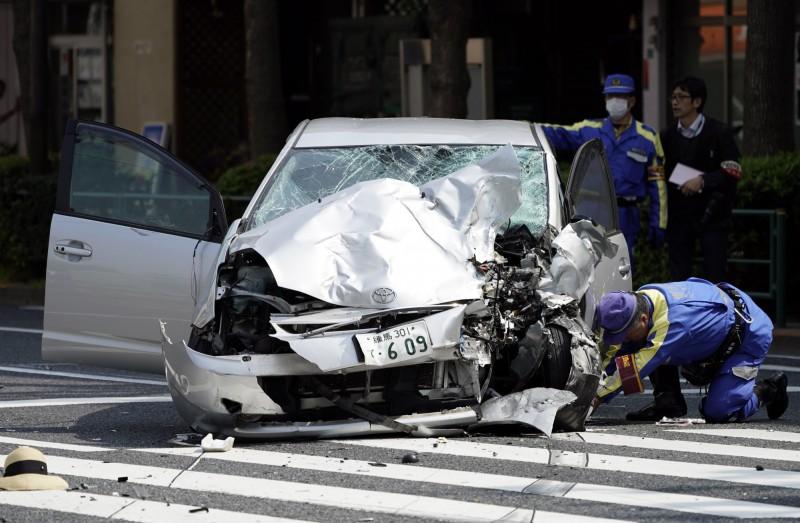 日本東京19日一名87歲老者開車撞倒10名斑馬線上的行人(圖),導致一對母女喪命,孰料20日北海道又有82歲老翁停車時誤踩油門撞飛2人。(歐新社)
