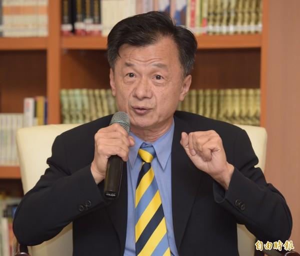 法務部長邱太三24日邀請媒體至法務部參加茶敘,接受媒體訪問並回答問題。(記者黃耀徵攝)