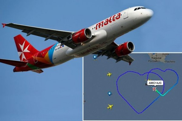 馬爾他航空的班機在高空飛出兩顆大愛心。(路透)