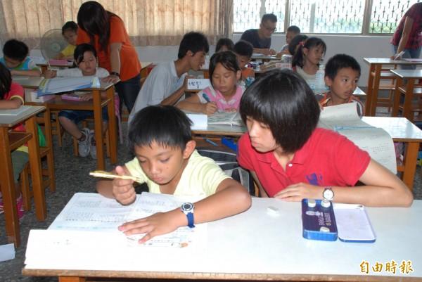 中國一所小學宣布取消家長簽字,提倡學生獨立完成家庭作業。圖為學生寫作業的示意圖。(資料照,記者陳鳳麗攝)