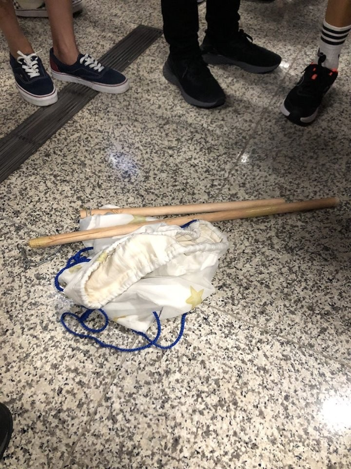 從該男子「同夥」疑落的袋子中發現兩隻雙截棍。(圖擷取自臉書_龍獅報)