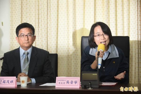 北農連休市後,總經理吳音寧(右)、農糧署副署長蘇茂祥(左)上午出席記者會,指今日蔬果價量穩定。(記者劉信德攝)