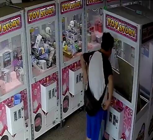 一位大叔意外讓娃娃機清台。(圖擷自臉書)