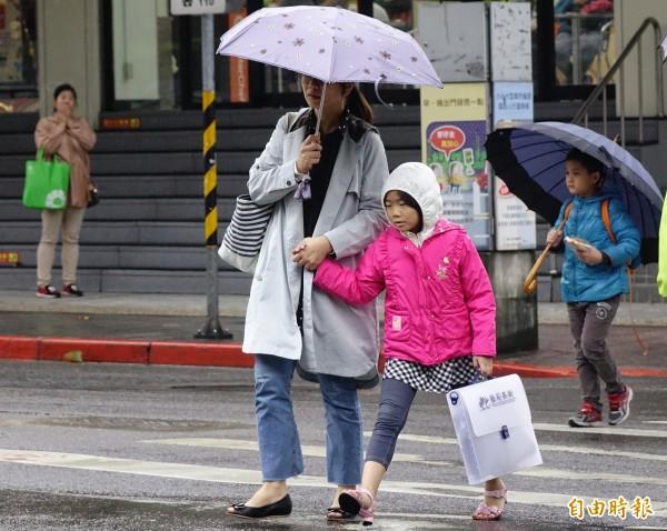 今天受東北季風影響,北台灣整天濕涼,白天高溫約19至21度,東半部高溫約23至26度,中南部影響不大。(資料照)