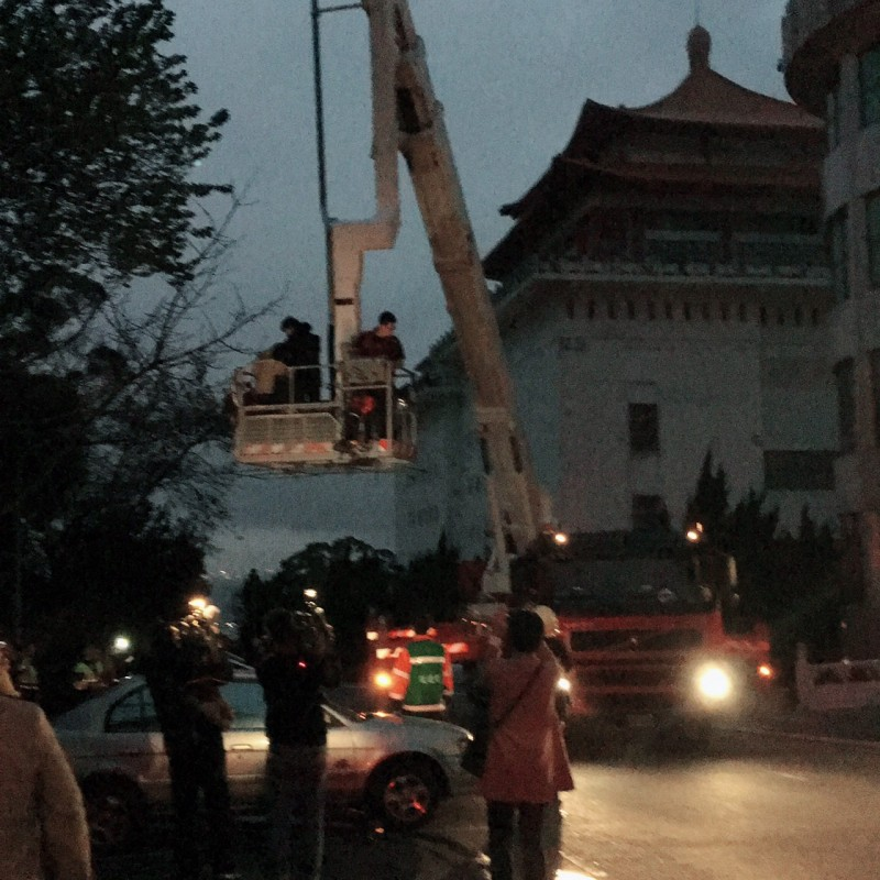 中國文化大學大典館教室失火,消防局出動雲梯車搶救受困師生。(讀者張家禎提供)