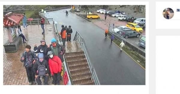 武嶺上的監視器意外爆紅後,吸引許多民眾前來拍照。(圖擷取自IG)