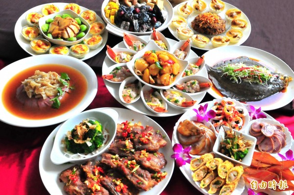 傳統習俗之中,年夜飯中的各式菜色紛紛經過巧思設計,不只味美,名字也都有寓意。(資料照,記者黃文鍠)