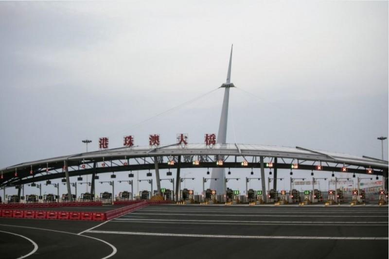 香港1名男子日前由港珠澳大橋前往澳門途中疑遭中國公安帶走,已失聯逾30個小時。(彭博)