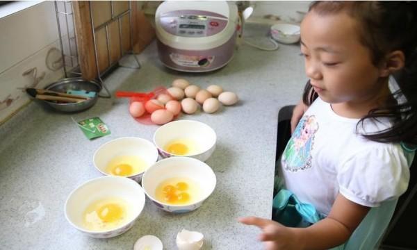 中國西安一位婦女日前在準備晚餐時,意外打到一顆「4黃蛋」(圖擷取自《新華網》)