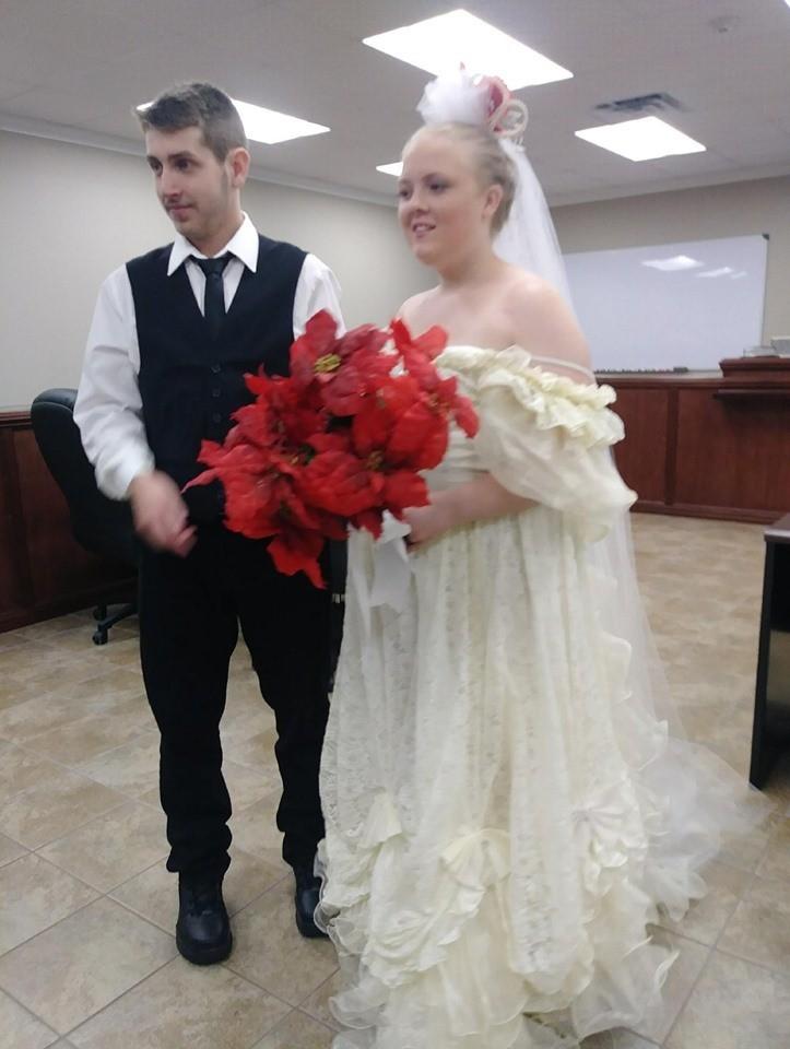 美國德州19歲的女孩摩根(Harley Morgan)與20歲的布德羅(Rhiannon Boudreaux)在法院人員見證下完婚,孰料離開法院後沒多久就發生車禍雙雙喪命。(圖擷自Michael Benny臉書)