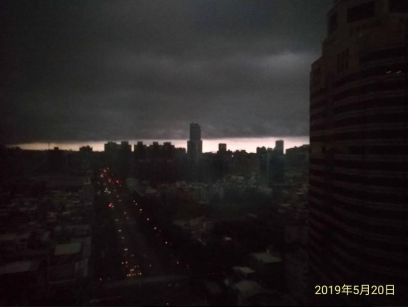 網友在臉書社團「爆廢公社」PO出一張照片,大片烏雲在高雄市上方,網友直呼「根本世界末日」。(圖擷取自臉書社團爆廢公社)
