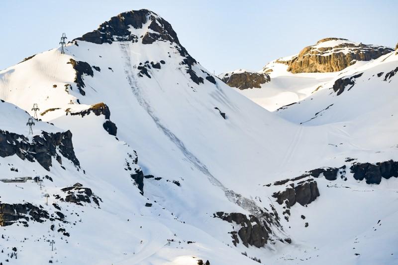 瑞士渡假村一滑雪坡道雪崩,傳逾10遊客被活埋,搜救人員正在搶救中。(歐新社)