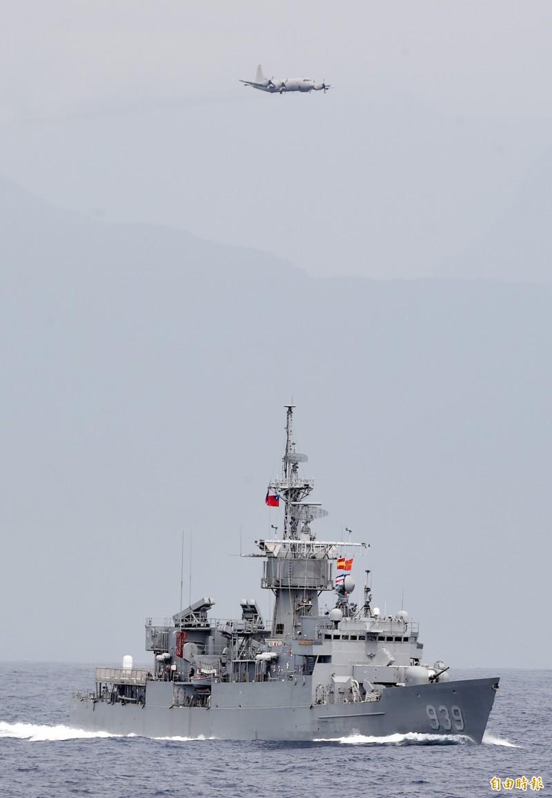 P-3C反潛機(上)於潛艦威脅海域師實施反潛偵蒐,並投擲煙標定位。(記者廖振輝攝)