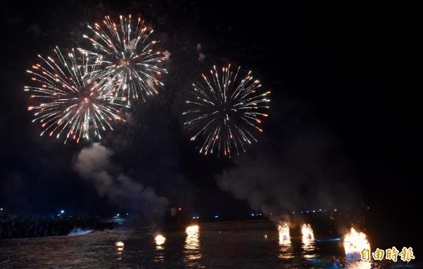 一年一度的「雞籠中元祭」重頭戲放水燈儀式,25日凌晨於望海巷海邊舉行。(記者羅沛德攝)