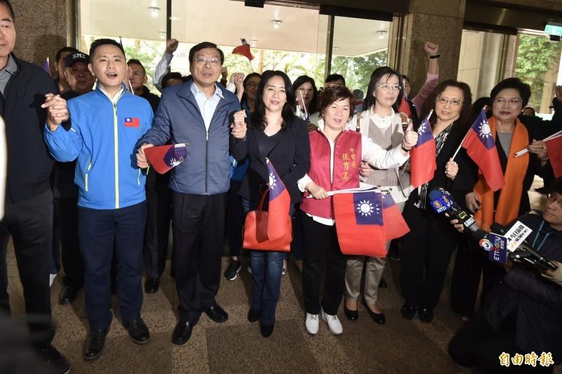 國民黨不分區立委提名人今(21日)由總召曾銘宗帶隊前往中選會進行登記。(記者塗建榮攝)
