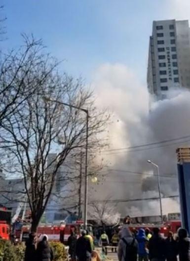 南韓首爾一處市場今日(27日)上午11點左右發生火災。(圖擷自《YTN》)