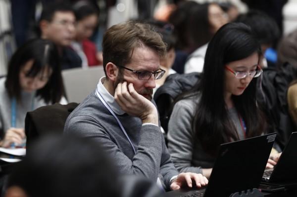 有55%的記者認為中國的工作環境在2018年進一步惡化;另外也有近一半的記者擔心會被中國當局跟蹤或監視,更有91%的記者擔心他們的電話遭到監聽,也有多名記者在申請簽證續簽時遭到刁難。駐中外國記者示意圖。(歐新社)