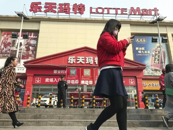 南韓國會今天通過決議案,呼籲中國停止反制薩德的行動。圖為中國北京的樂天商場。(美聯社)