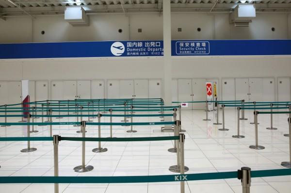 日本關西國際機場受颱風影響關閉,圖為航廈內安檢區。(彭博)