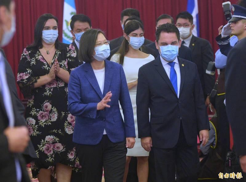 蔡英文總統、瓜地馬拉大使葛梅斯、尼加拉瓜大使李蜜娜、宏都拉斯大使寶蒂絲坦15日出席中美洲獨立199週年紀念酒會。(記者張嘉明攝)