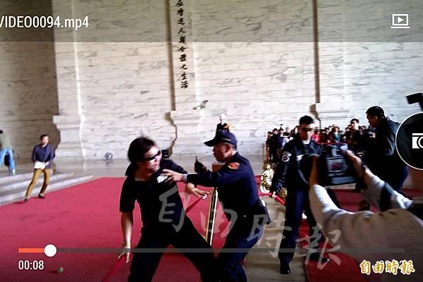 台灣國成員與中正紀念堂警衛發生拉扯。(記者蘇芳禾攝)