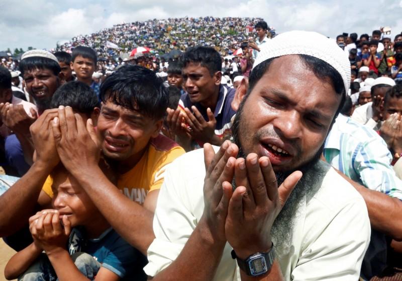 上萬名緬甸羅興亞人今(25)日聚集在孟加拉的難民營示威抗議。(路透)