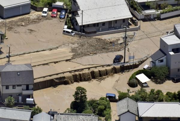 西日本連日出現破紀錄暴雨,造成多地災情慘重,截至今(10)日已有157人死亡,57人下落不明。(美聯社)