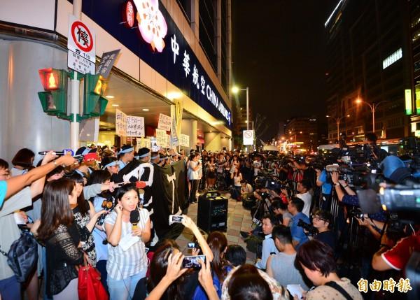 因空服員發動罷工,華航今晚11點宣布,24日早上6點到晚上10點,由桃園及松山出發的班機全面取消。(記者王藝菘攝)