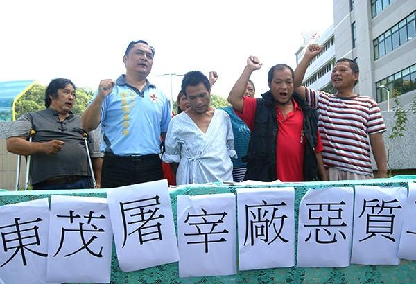 胡文興(左三)在家人陪伴下,出面控訴雇主苛刻。(記者王秀亭攝)