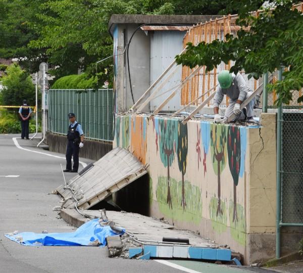 日本大阪今日上午發生芮氏規模6.1強震,9歲罹難者三宅璃奈是在上學途中,遭學校泳池外的40公尺圍牆壓死。(法新社)