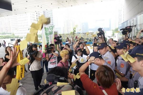 幼兒園保留行動組織及歐巴桑聯盟今日赴市府灑冥紙、潑紅漆抗議。(記者廖耀東攝)