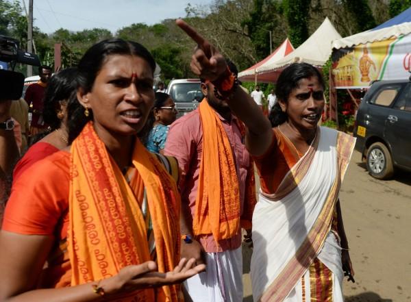 反對派信徒甚至也包括女性,她們參加集會抗議,封鎖道路、檢查前往神廟的車輛,搜索乘客是否包括10至50歲的女性。(法新社)