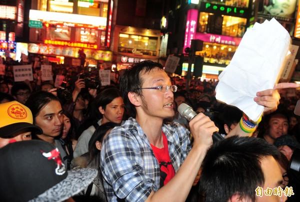 台大學生洪崇晏 (中)當時號召網友包圍中正一分局,要求分局長方仰寧下台道歉。(資料照,記者簡榮豐攝)