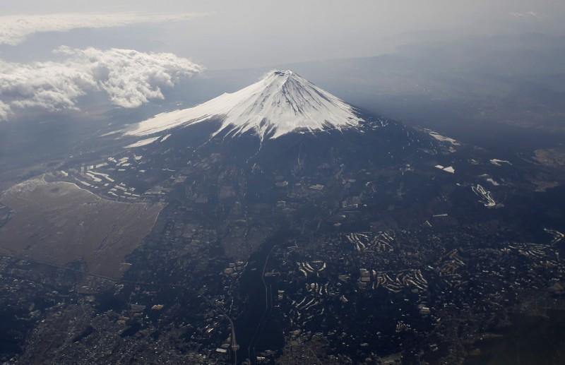 日本象徵、世界文化遺產「富士山」,山頂不是官方所有,而是私人土地。(路透社)