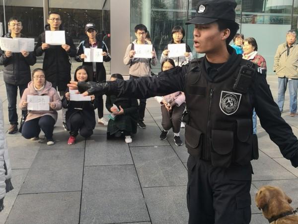 中國學生在北京Apple Store前抗議蘋果代工廠和碩壓榨勞工。(法新社)
